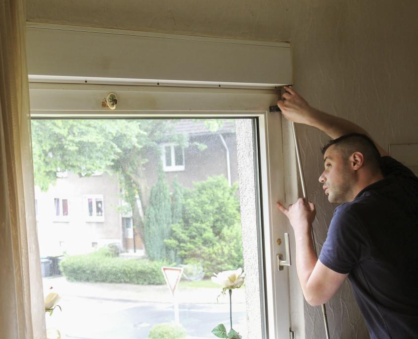 Aufmaßtechniker misst Fenster aus