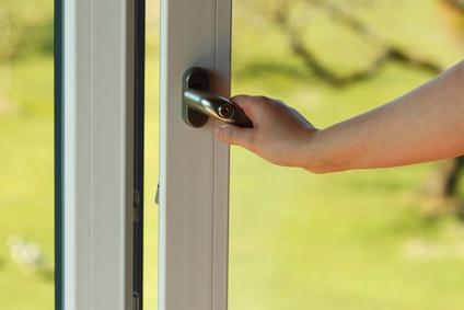 Durch Balkon- oder Terrassentüren wird häufig eingebrochen und sollten daher speziell gesichert werden.