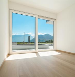 Eine Balkontür mit Hebe-Schiebe-Mechanismus sieht gut aus und spart Platz.