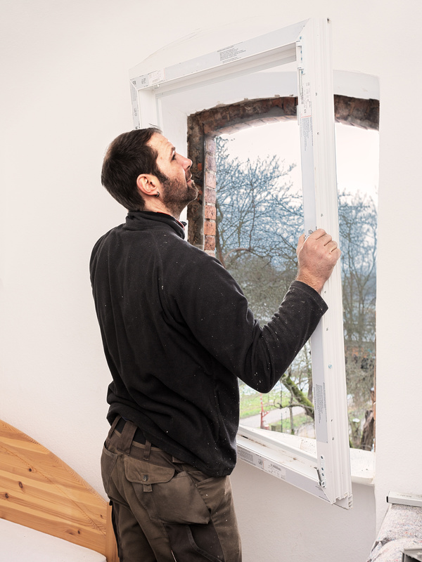 Die Fenstermontage ist ein weiterer Faktor für den Preis der Fenster.