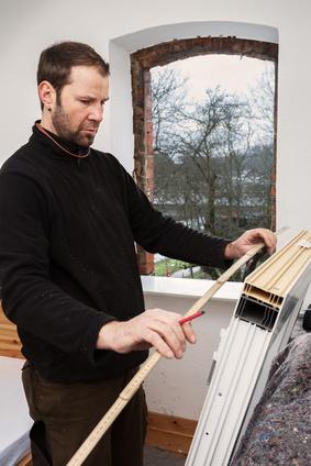 Beim Aufmaß der Fenster sollte sorgfältig vorgegangen werden, um sicherzugehen, dass die Fenster später in die vorgesehene Öffnung passen.