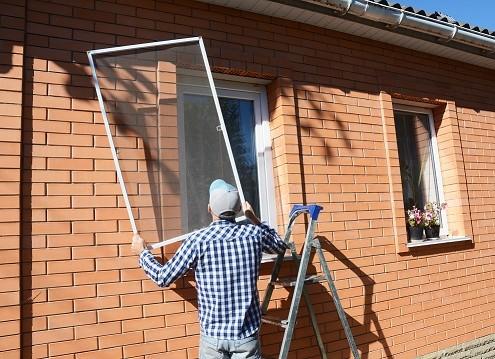 Die meisten Fliegengitter mit Spannrahmen können zum Insektenschutz einfach in den Fensterrahmen gespannt werden.
