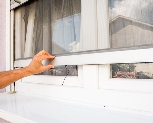 Ein Insektenschutzrollo kann bei Bedarf nach unten gezogen werden.