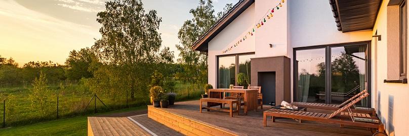 Terrassenfenster sind in verschiedenen Materialien und Formen erhältlich.