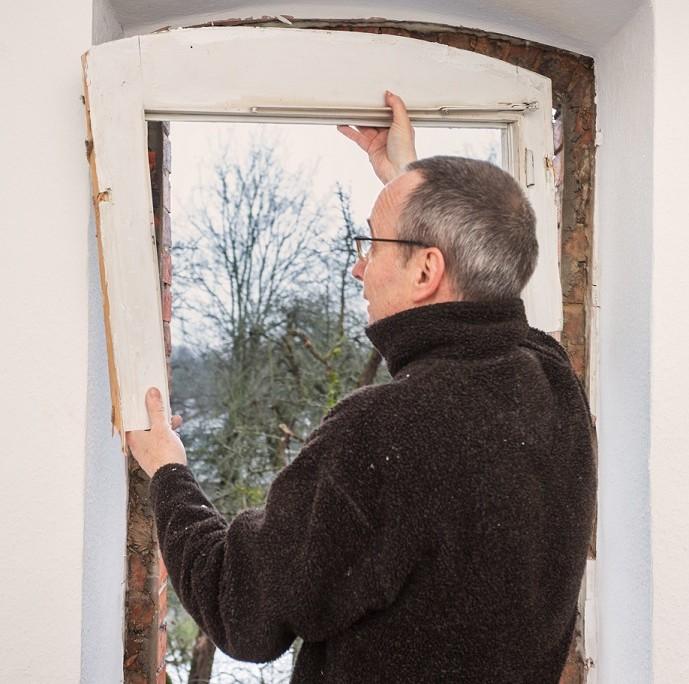Vor dem Einbau der neuen Fenster werden die alten Fenster demontiert.