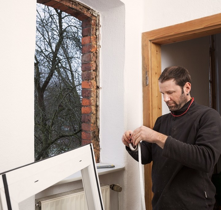 Vor dem Einbau des Fensters wird das Dichtungsband angebracht.