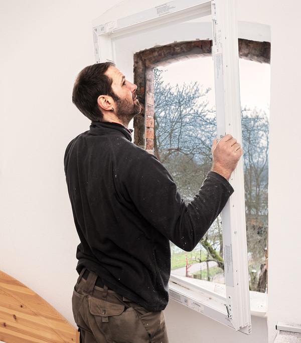 Der Rahmen des Fensters wird eingebaut.