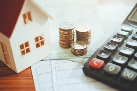 Die Kosten für Fenster setzen sich aus verschiedenen Punkten zusammen: Material, Einbau & Ausstattung.