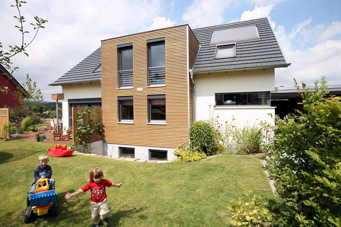 Verschiedene Fensterformen kombiniert erzeugen Spannung in der Wirkung derFassade.