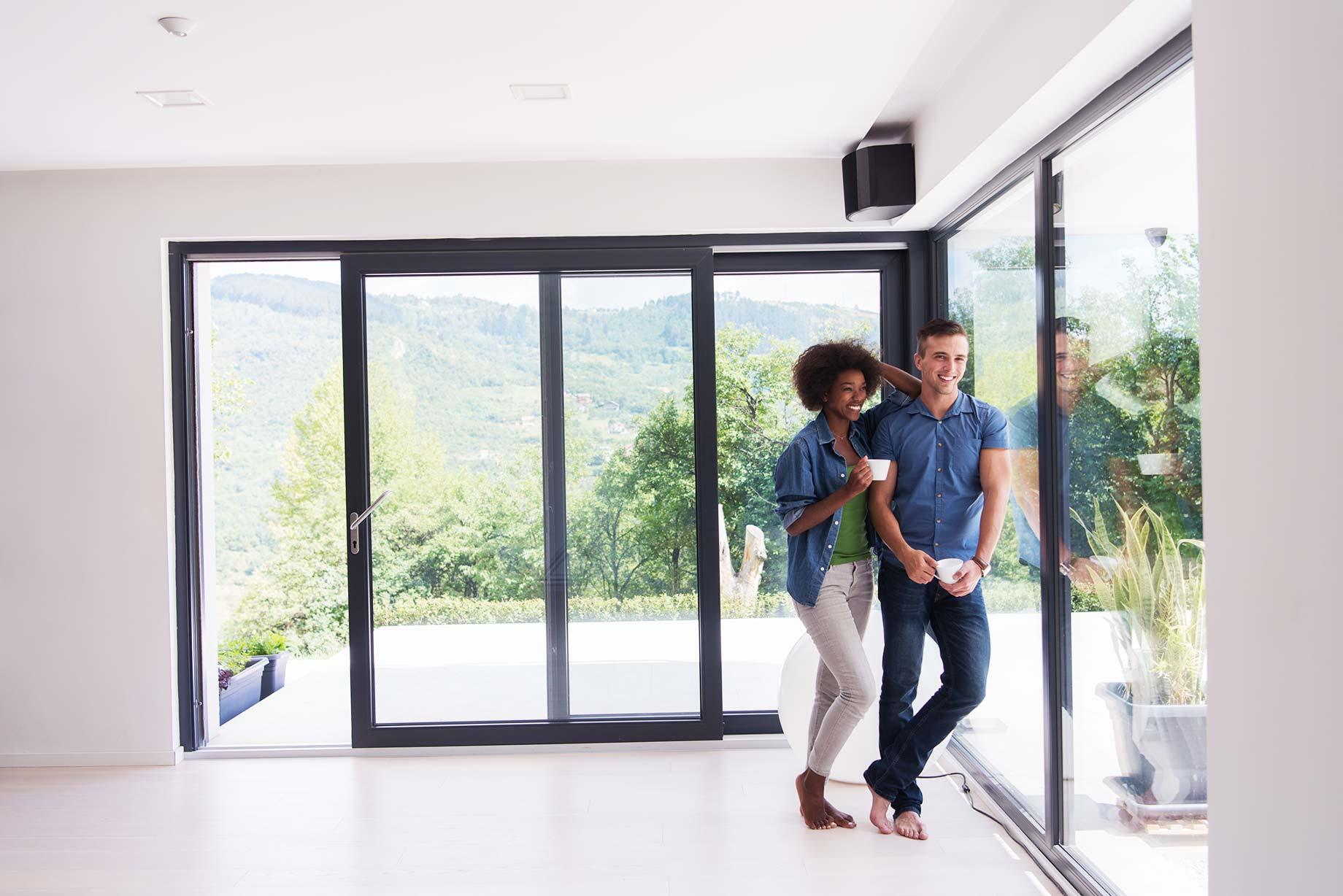 Der Blick ins Grüne durch Bodentiefe Fenster kann sich positiv auf die eigene Gesundheit auswirken.
