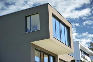 Festverglaste, bodentiefe Fenster im Obergeschoss benötigen keine weitere Absturzsicherung.