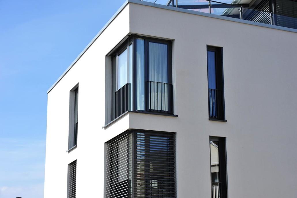 Geländer vor bodenlangen Fenstern senken die Absturzgefahr.