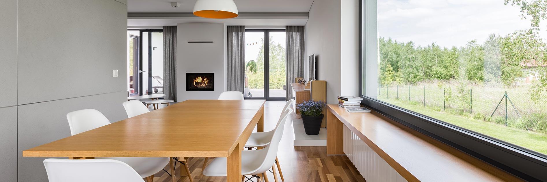 Große Fenster lassen viel Licht in den Raum und vergrößern ihn optisch.
