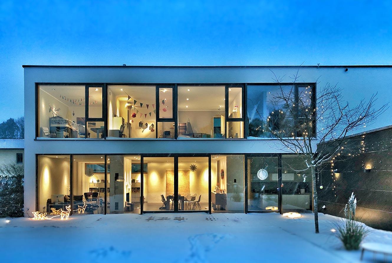 Durch gute Wärmedämmwerte können großflächige Fenster problemlos in modernen Wohnhäusern eingesetzt werden - ohne wertvolle Heizenergie zu verschwenden.
