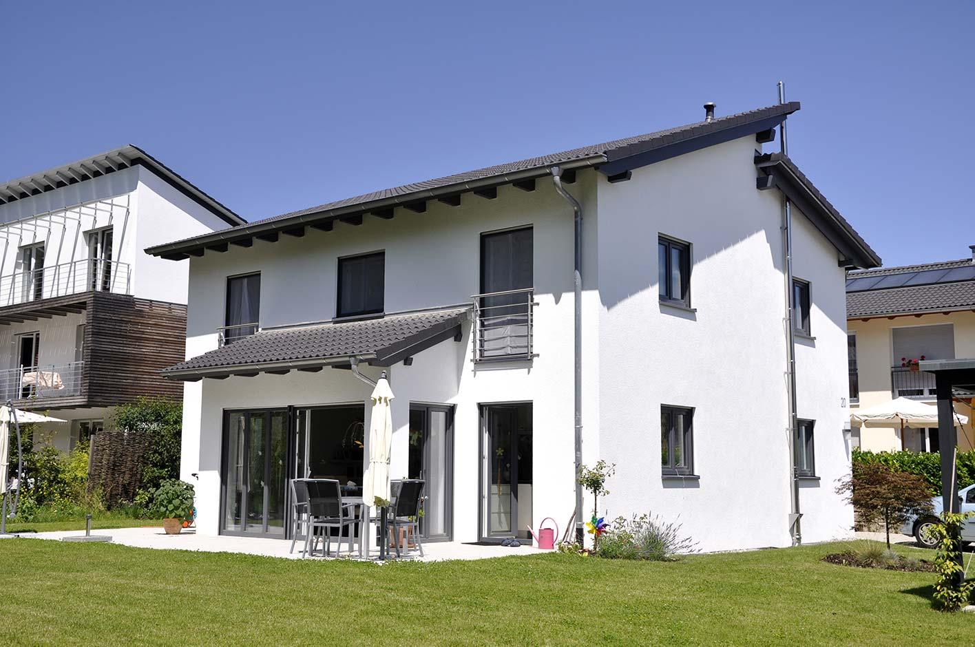 große Fenster in modernen Farben werden im privaten Hausbau immer beliebter.