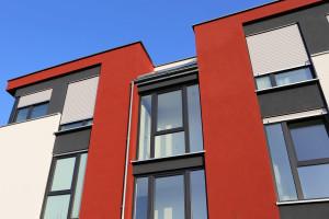 Zur Absturzsicherung im Obergeschoss kann die Glasfläche bodenlanger Fenster segmentiert werden.
