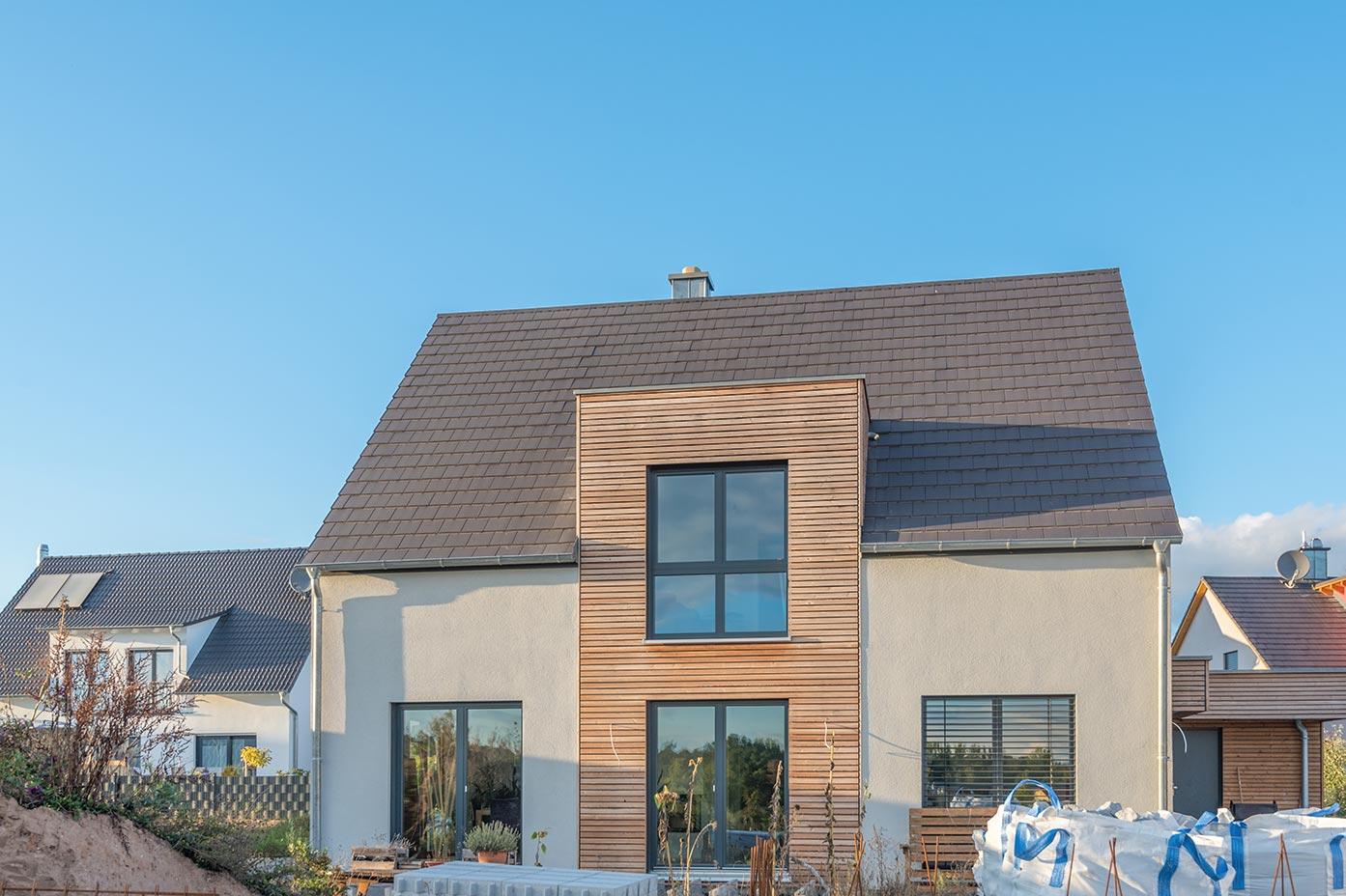 Bei der Planung der Fenster im Eigenheim sollte immer von Innen nach Außen vorgegangen werden: In erster Linie erfüllen die Fenster eine Funktion im Innenraum und bilden in zweiter Linie eine schöne Außenfassade.