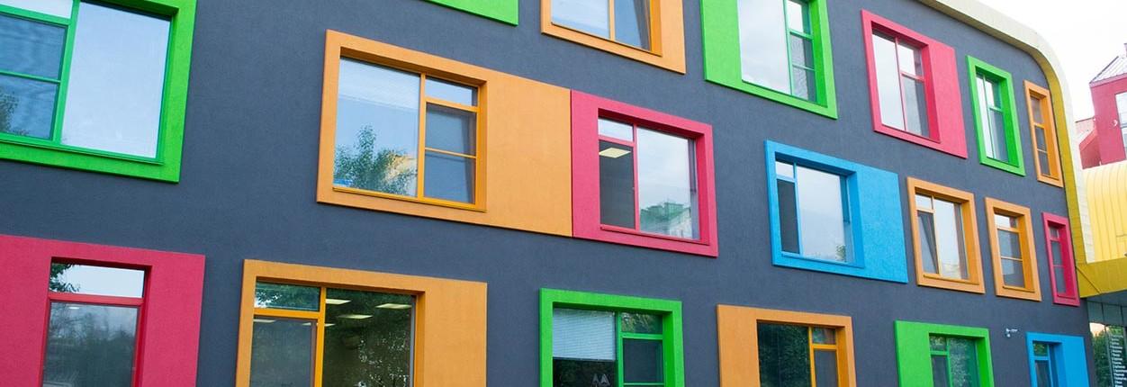 Zusätzlich zu farbigen fensterrahmen können fenster auch durch die farbige Gestaltung der Fassade hervorgehoben werden.