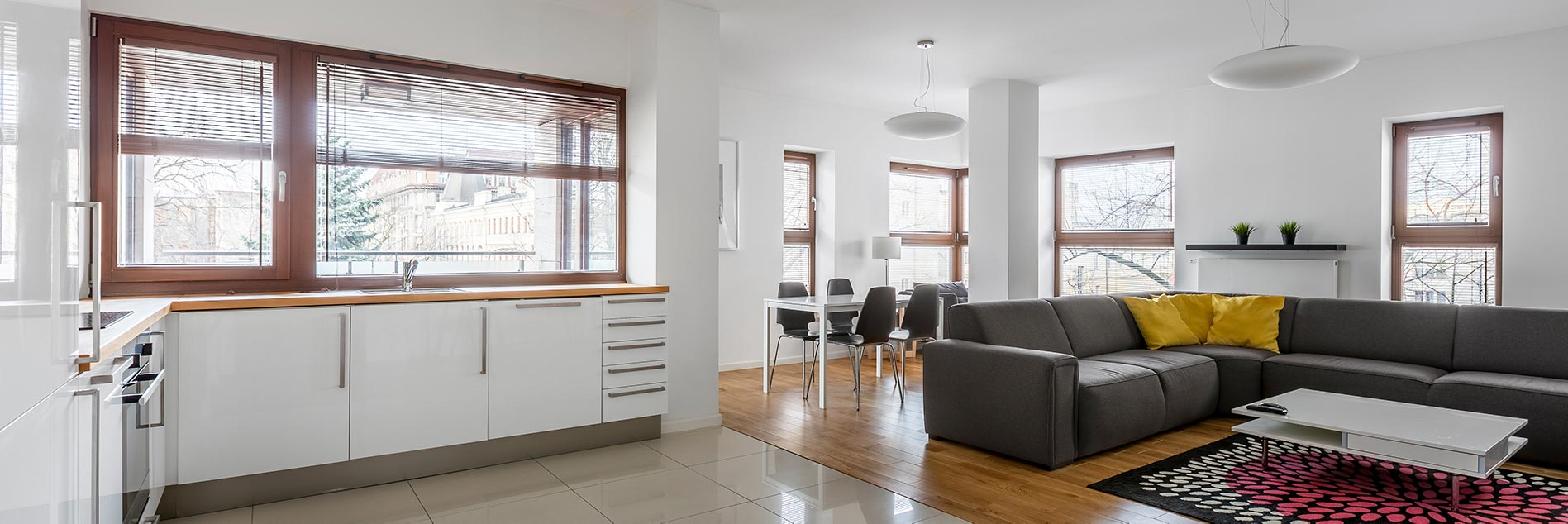 Fenster in Holzoptik lassen den Wohnraum warm und einladend wirken.