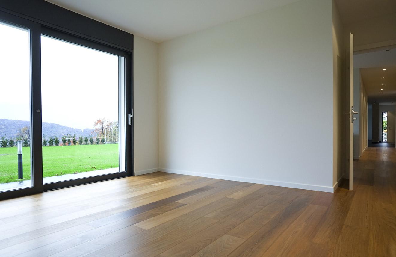 Graue Fenster wirken gradlinig, kühl und modern.