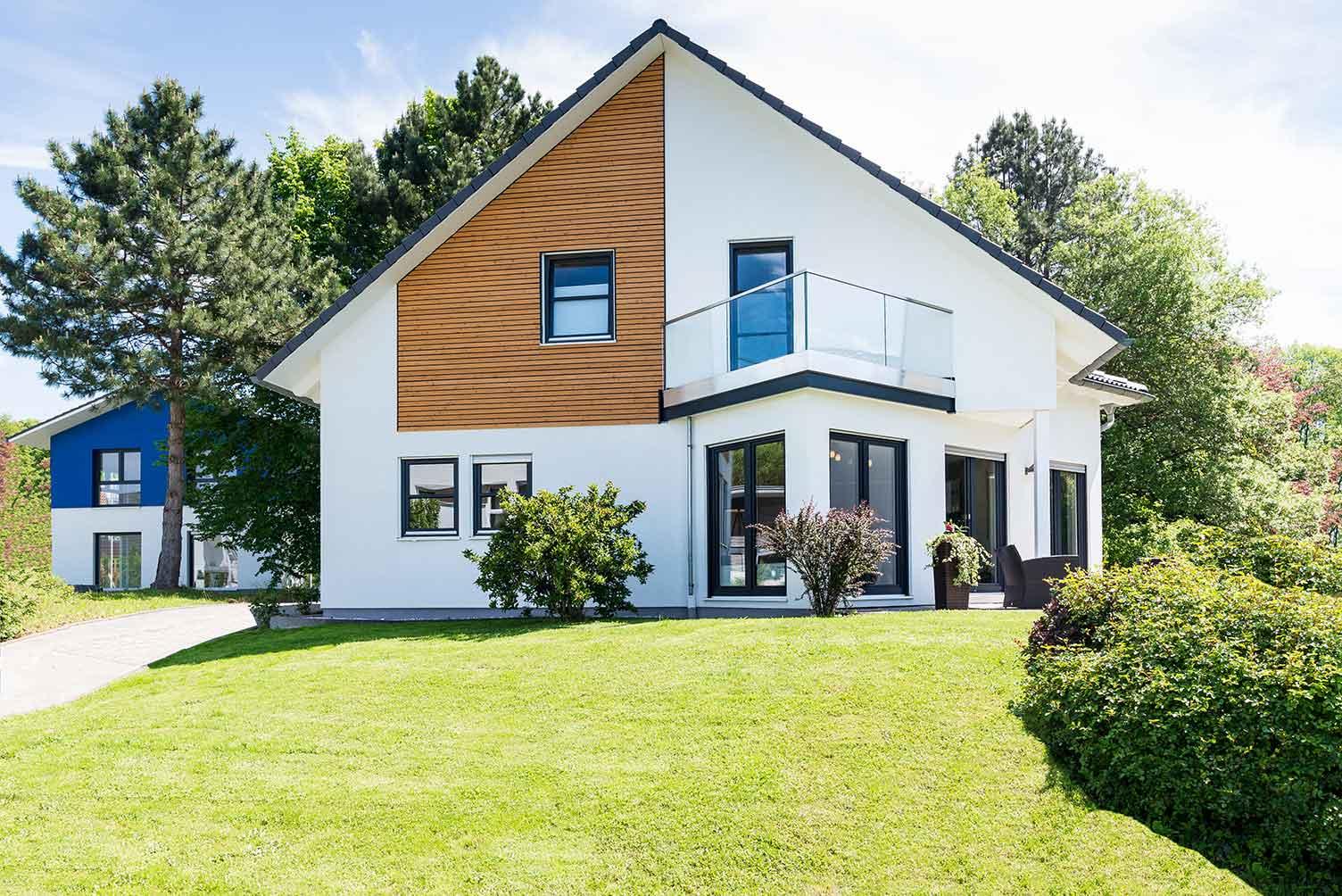 Die perfekten Fenster fürs Eigenheim sind fest in das Farbkonzept der gesamten Gestaltung eingebunden.