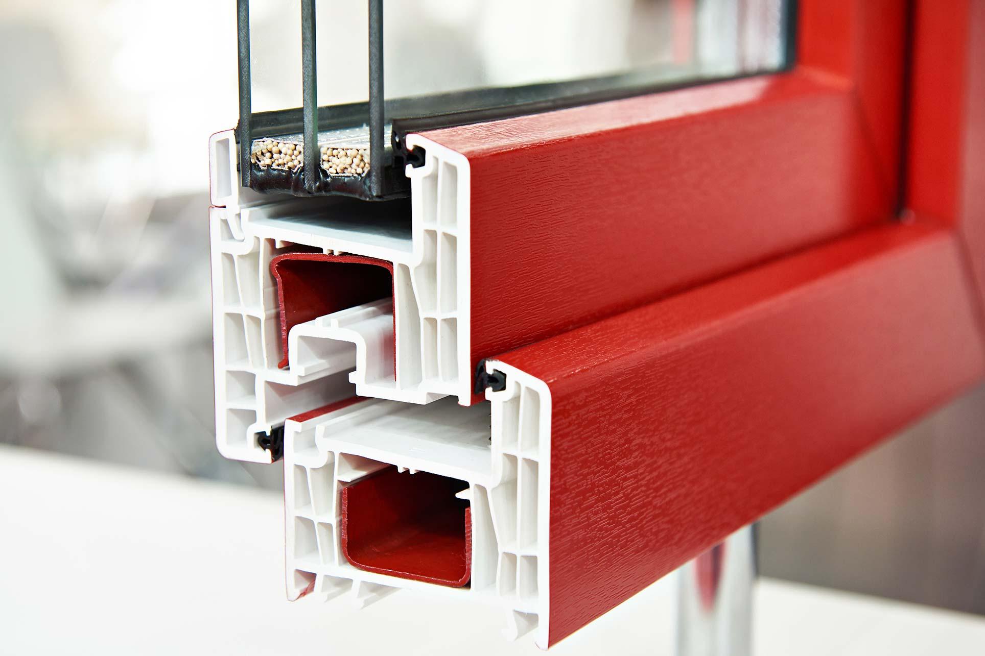 PVC Fenster erhalten ihre Farbe durch eine spezielle Dekorfolie während der Produktion.