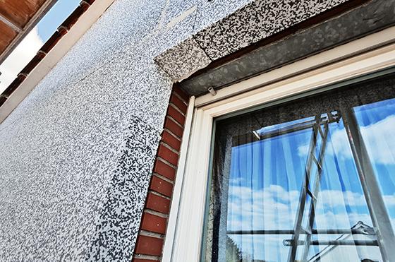 Wenn eine umfassende Sanierung des Gebäudes ansteht sollten zuerst die Fenster modernisiert werden und anschließend die Fassade gedämmt. Dabei sollte beachtet werden, dass die Dämmung der Fassade außen aufgetragen wird und die Laibung des Fensters vergrößert.