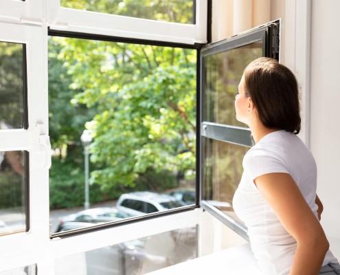 Bei Kunststofffenstern sind auch zweifarbige Fenster möglich. Eine gängige Farbkombination ist außen anthrazitfarben und innen weiß.
