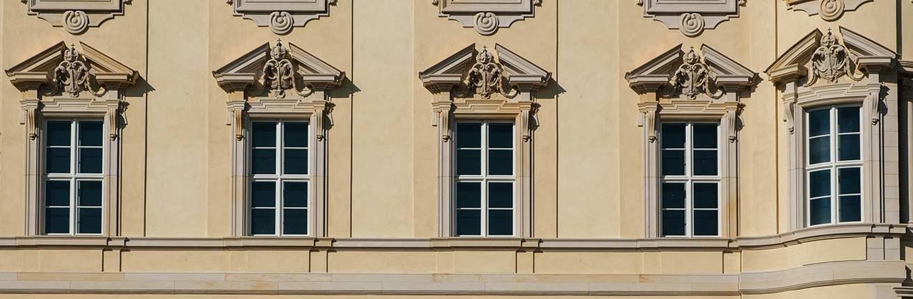 Fensterumrandungen gibt es in verschiedenen Ausführungen. Häufig sind sie als dekoratives Element in älteren Hausfassaden zu finden.