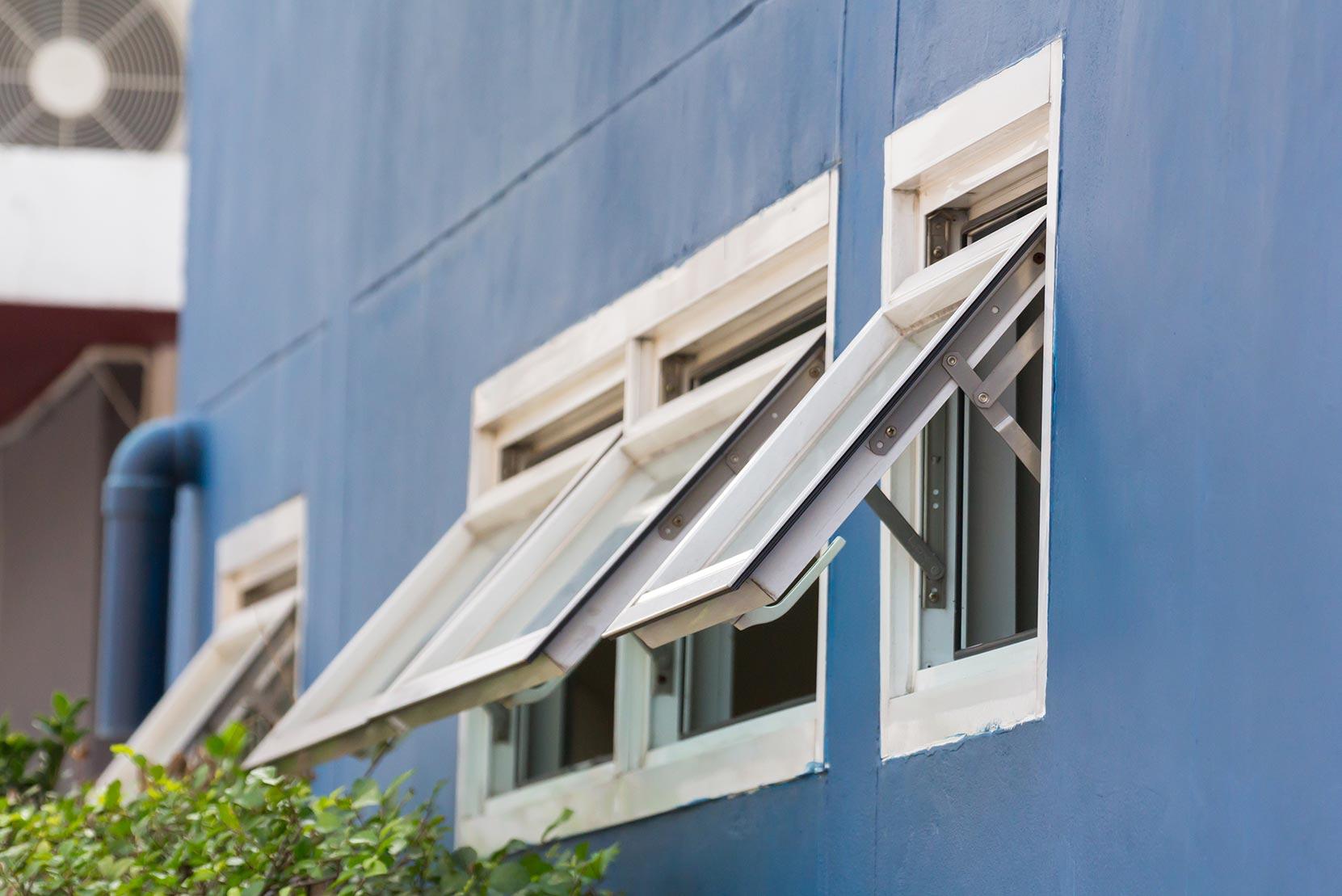 Klappfenster können in eine Richtung aufgeklappt werden und eignen sich als platzsparende Alternative zum Drehfenster.