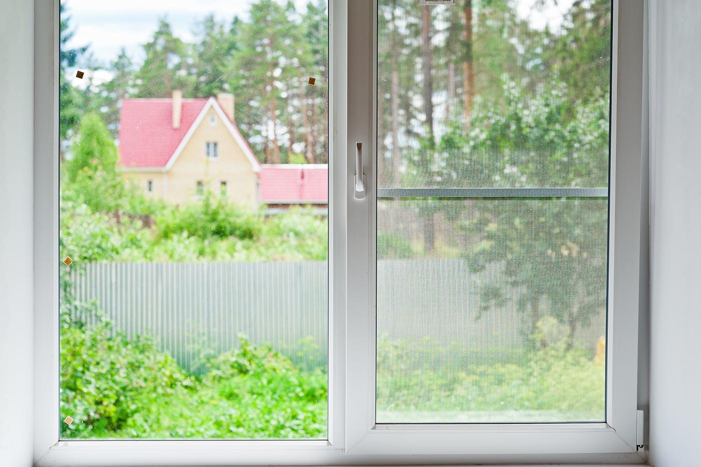 Gerade in ländlichen Gegenden empfiehlt sich ein Insektenschutz für das gekippte Fenster.