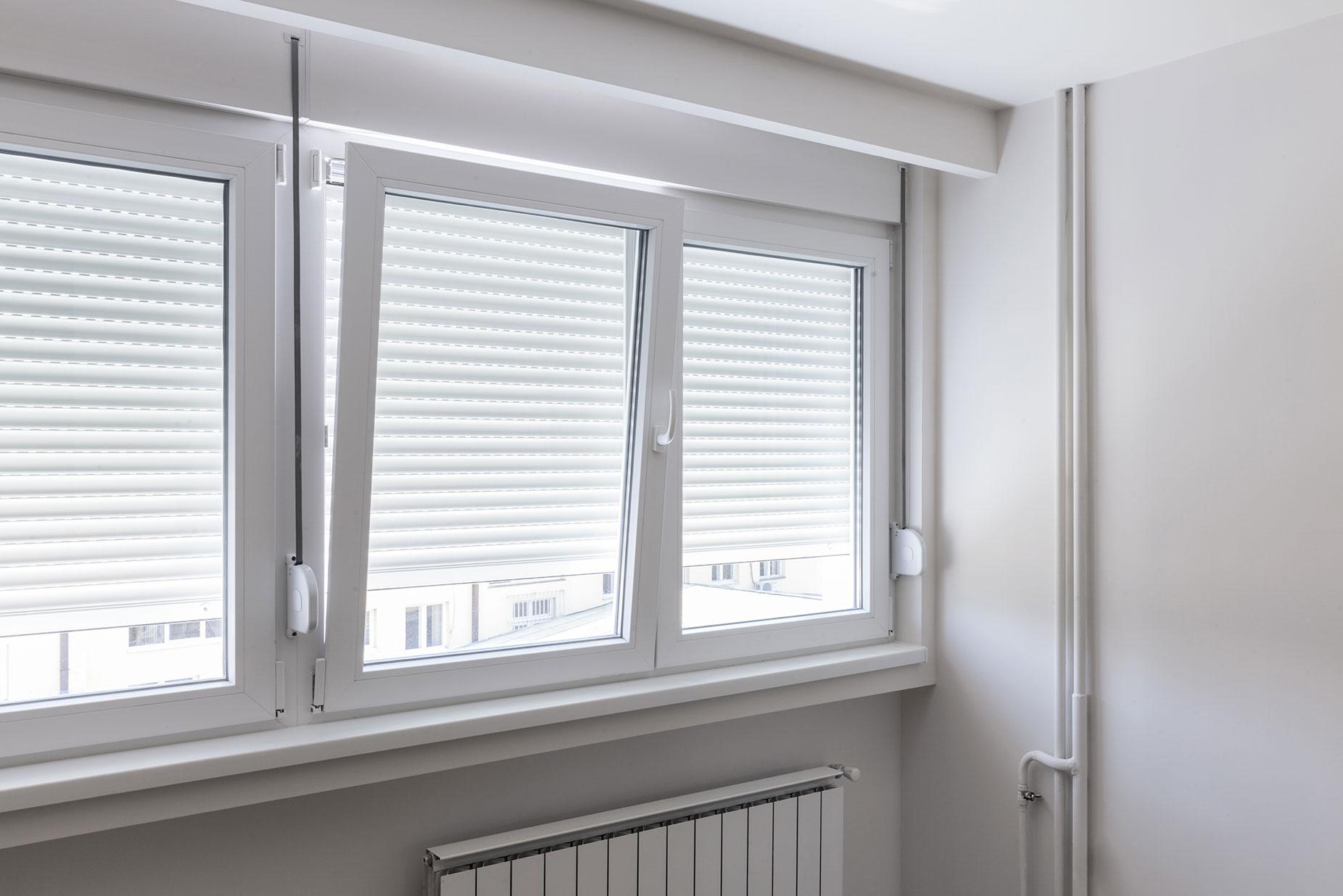 Bei einer längeren Fensterfront bieten sich mehrere Fenster mit Dreh-Kipp-Funktion und dazwischenliegenden Pfosten an.