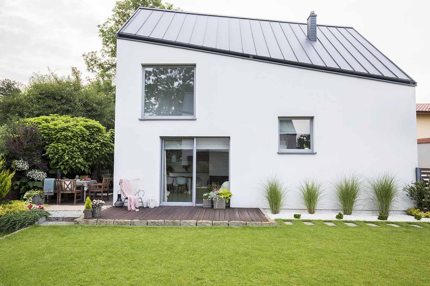 Einflügelige Dreh-Kipp-Fenster können einer Hausfassade Modernität verleihen.
