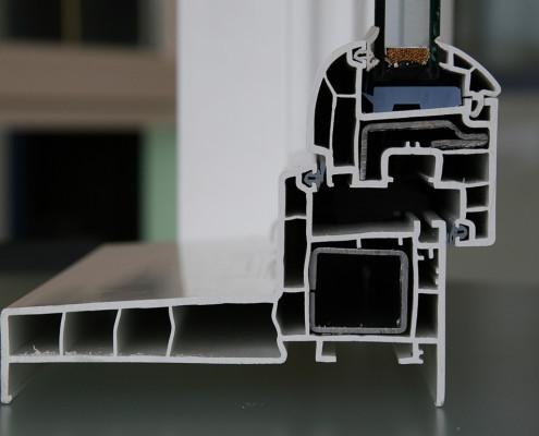 Ein billiges Kunststoffprofil für Fenster zeichnet sich oft durch eine niedrige Materialstärke des PVCs und der Stahlarmierung aus.