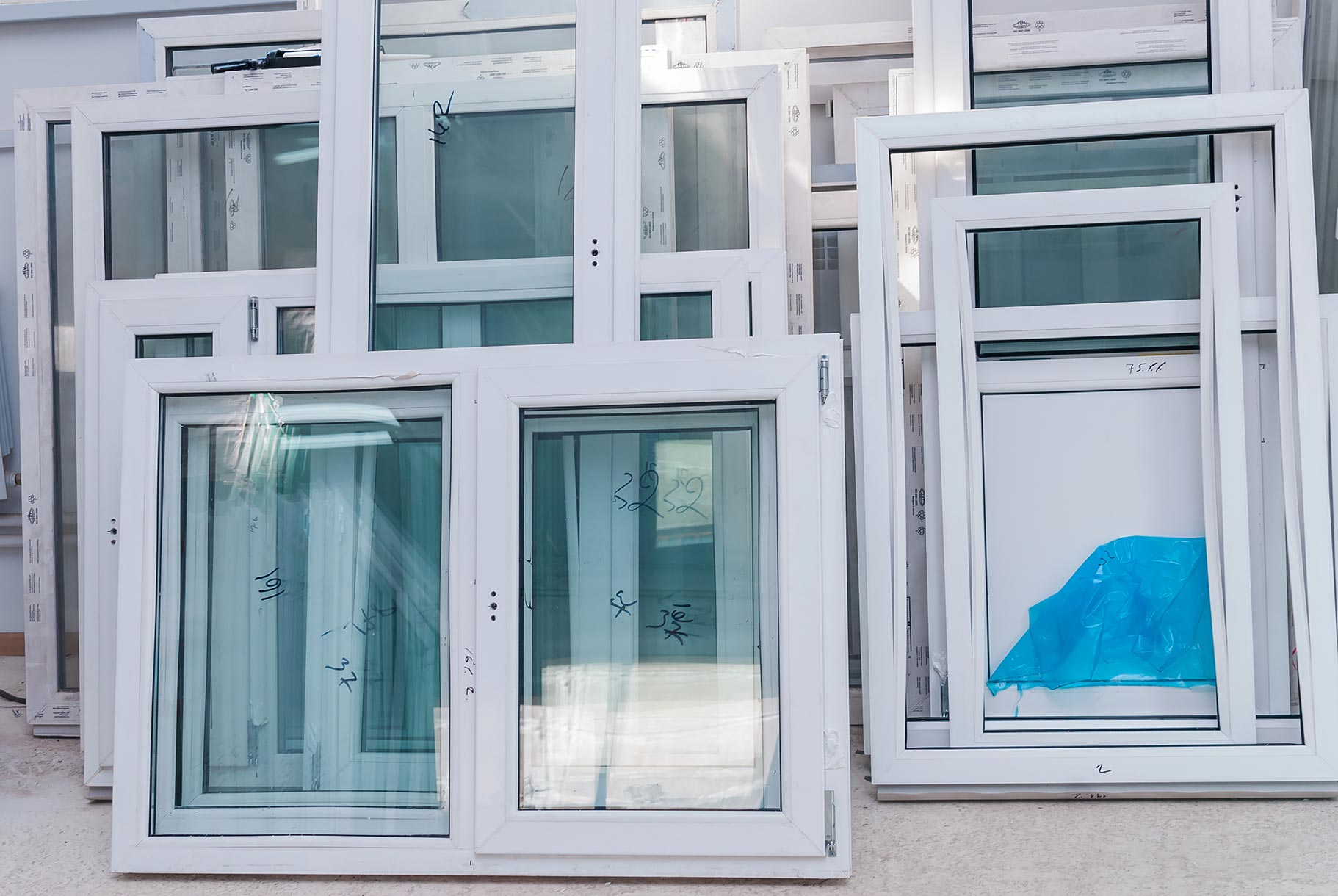 Bei hochwertigen Fenstern aus Kunststoff ist nicht nur das Profil ausschlaggebend für die Qualität. Auch Glas und Beschläge spielen eine Rolle.