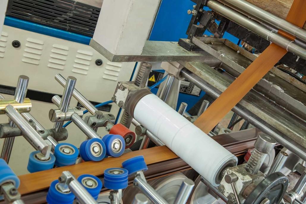 Beim Herstellungsverfahren der Kunststofffenster in Holzoptik, wird die Dekorfolie in einem speziellen Verfahren auf dem PVC-Rahmen aufgebracht.
