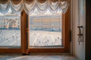 Um auch nach Jahren noch wie neu auszusehen, benötigt ein Holzfenster viel Pflege. Regelmäßiges abschleifen und ölen oder lackieren ist ein Muss.