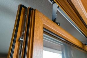 PVC-Fenster in Holzoptik sind hochwertig verarbeitet und von Außen nur schwer von echten Holzfenstern zu unterscheiden.