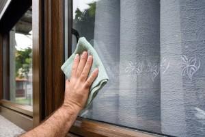 Kunststofffenster benötigen generell einen geringere Pflegeaufwand als Fenster aus Holz. Es reicht regelmäßig Rahmen und Fenster mit einem Lappen zu säubern.