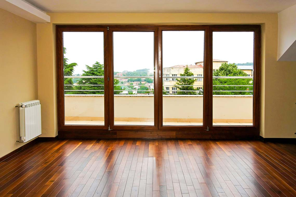 Fenster in Mahagoni-Optik strahlen eine hochwertige Eleganz aus.