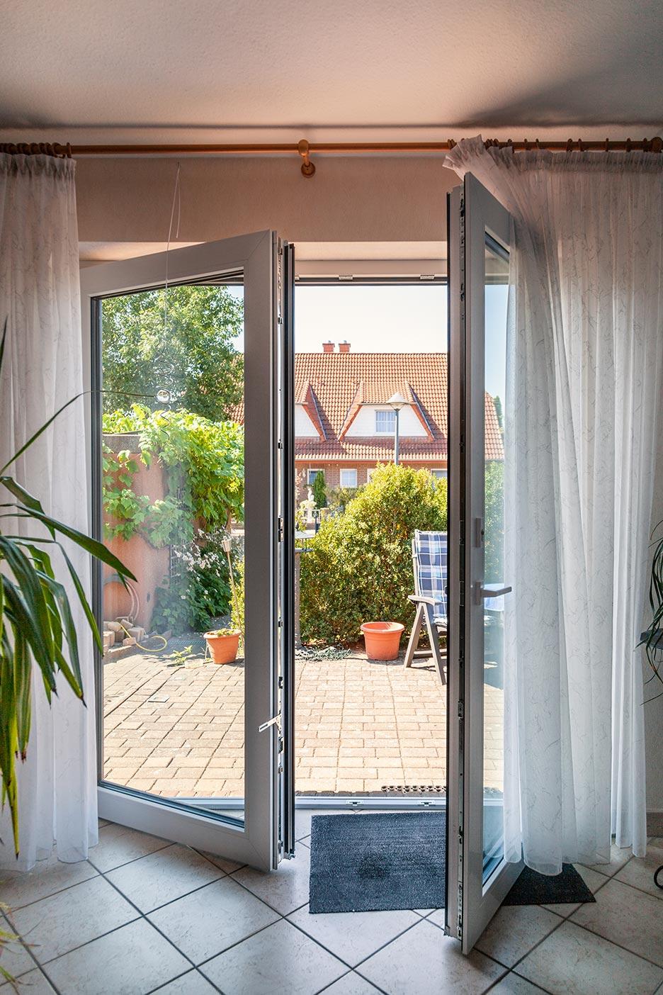Die Terrassentüren bei Familie Seidler bieten Schallschutz gegen unerwünschte Geräusche.