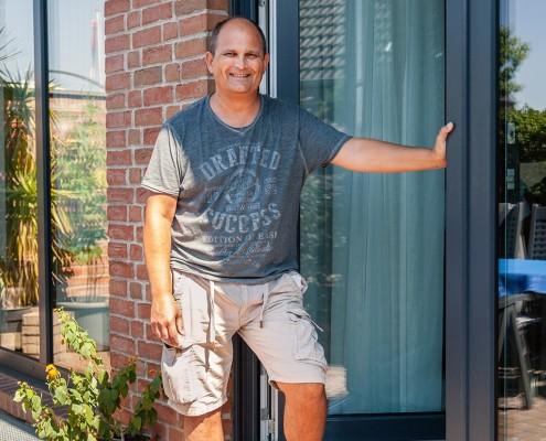 Die neuen Fenster und Terrassentüren passen mit der anthrazitfarbenen Folierung perfekt in den Klinkerbau von Familie Seidler.