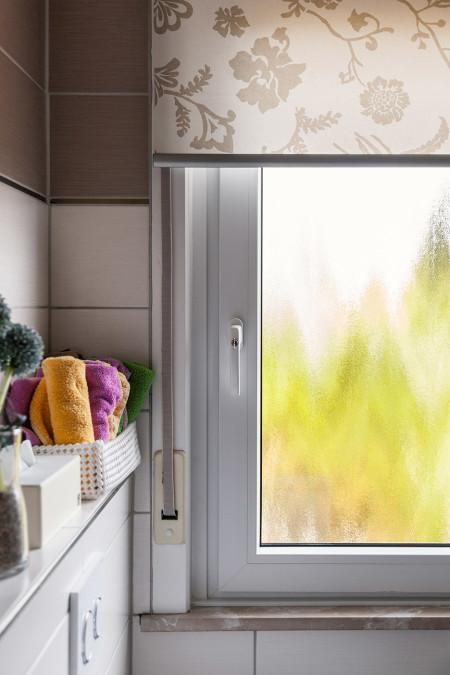 Die Fenster haben außen eine hochwertige Folierung in Mahagoni-Optik. Im Innenraum sind die Fenster weiß.