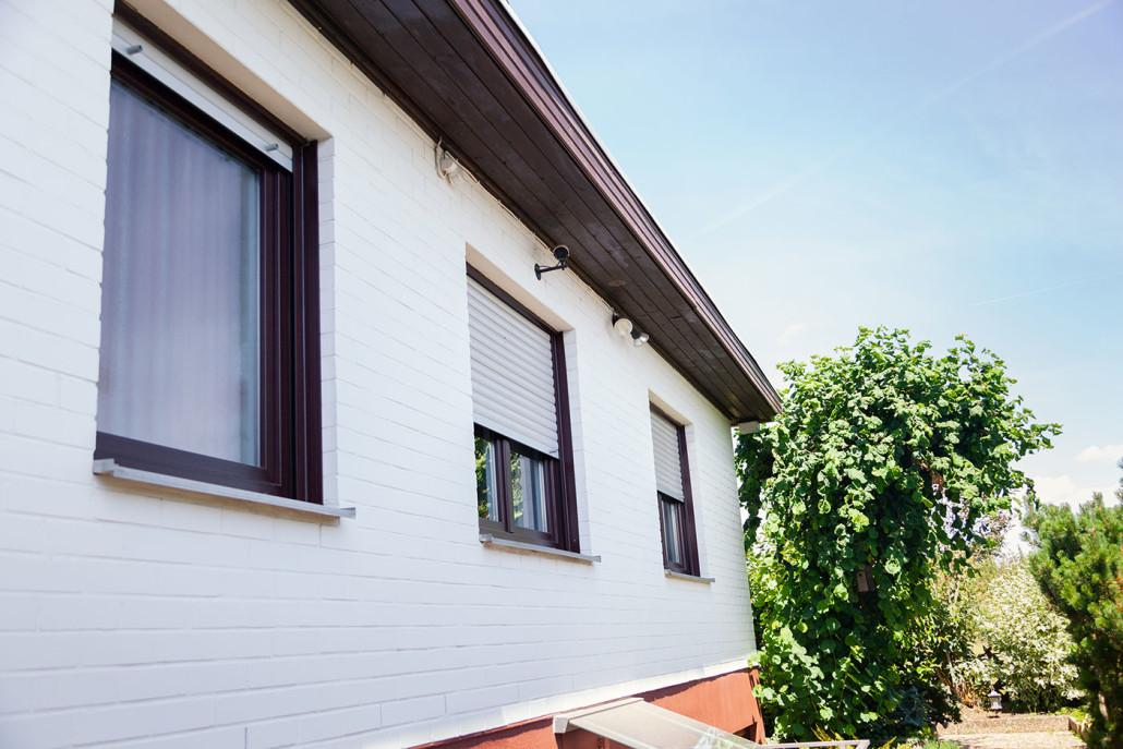 Die neuen Fenster aus Kunststoff passen durch die hochwertige Folierung in Mahagoni-Holz-Optik perfekt in das Fassadenbild.