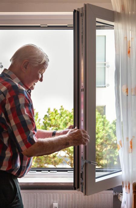 Herr Skolik ist von seinen neuen Kunststofffenstern begeistert.