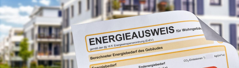 Foto eines Energieausweises vor einem Haus