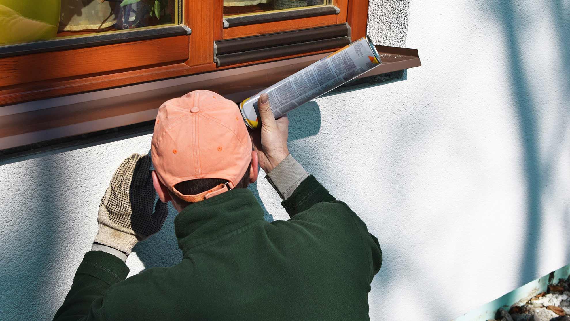 Monteur baut Fensterbank außen an