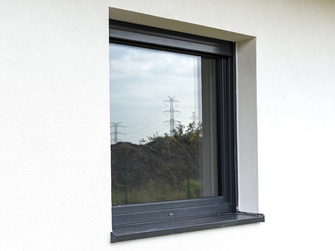 Graue Fensterbank aus Kunsststoff